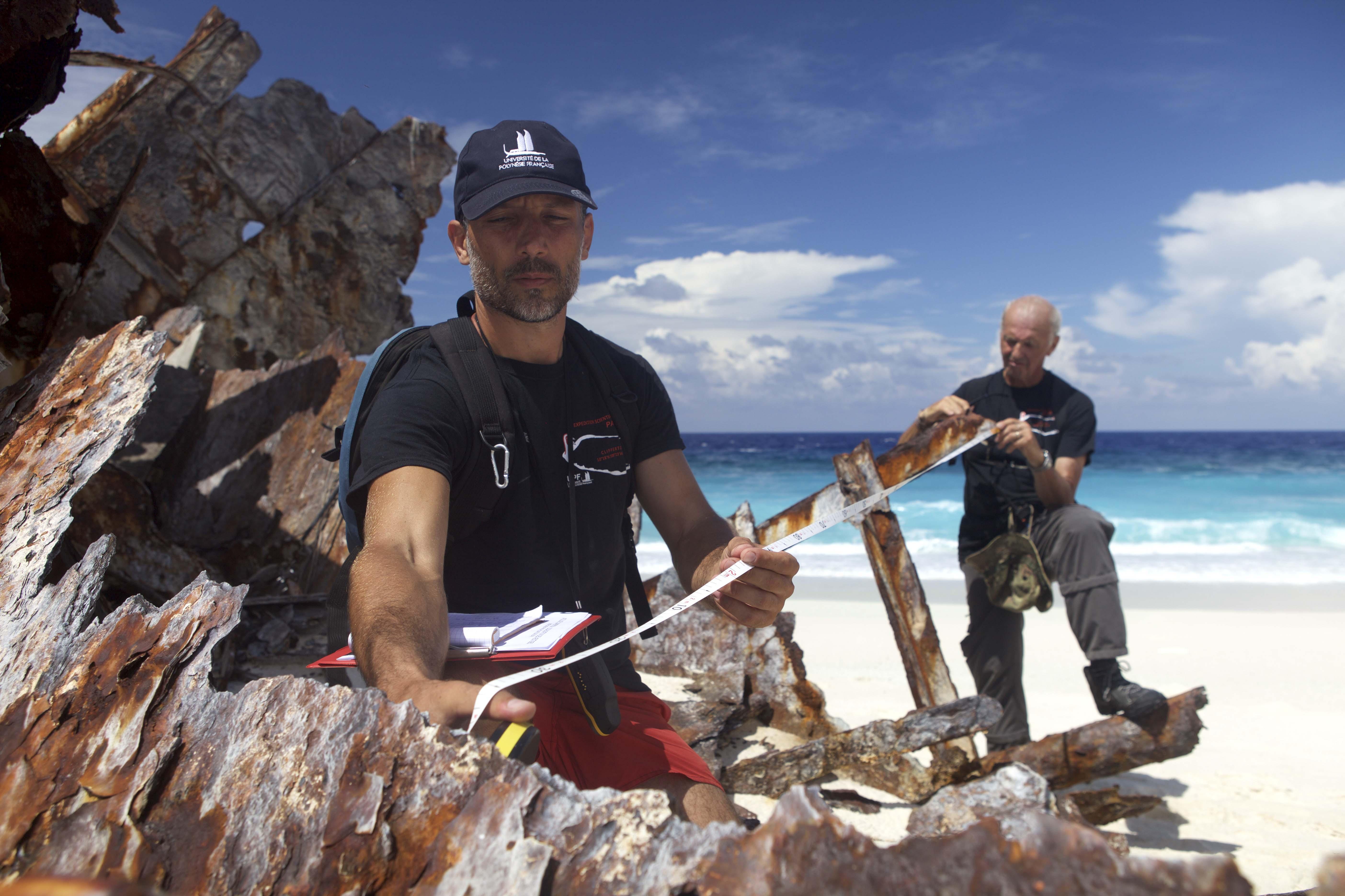 Relevés, identification et mesures des vestiges, restes et déchets sur l'île.