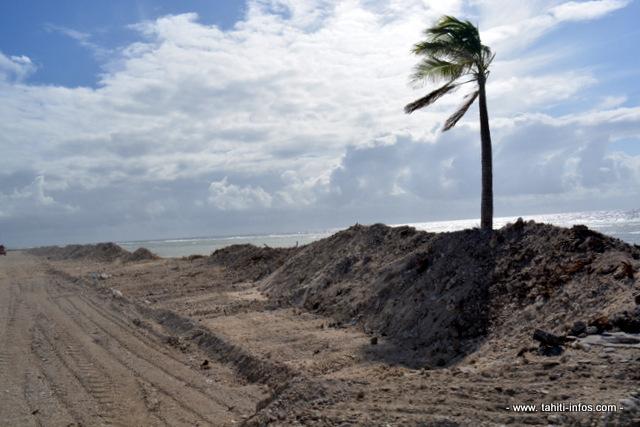 La route de contournement qui longe le complexe aquacole va être reconstruite par le Pays en bordure d'océan avec une digue de protection. Coût estimé de ces travaux : 500 millions de Fcfp pour 3 km de long.