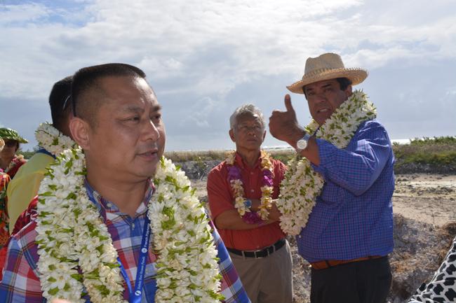 Cheng Wang, le Pd-g de Tahiti Nui Ocean Foods et Edouard Fritch le président du Pays sur le site du futur complexe aquacole de Hao le 6 mai 2015.