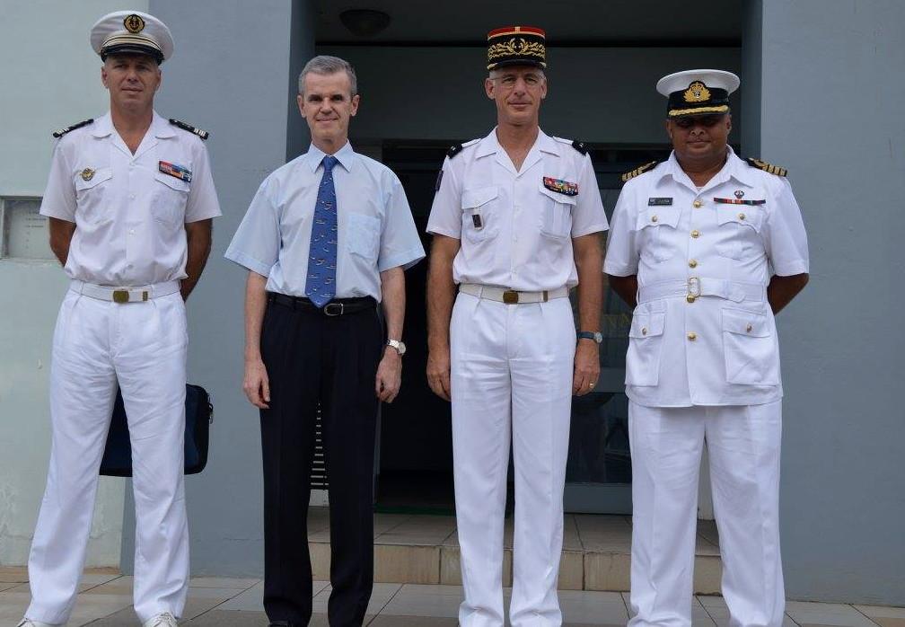 Les commandements français et fidjiens accompagnés de l'ambassadeur de France à Fidji, Michel Djokovic. (Crédit photo : Ambassade de France à Fidji)