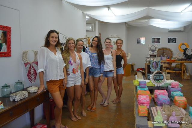 De jeunes créatrices qui ont moins de 30 ans et les organisatrices rassemblées avant l'ouverture de la boutique éphémère jeudi matin.