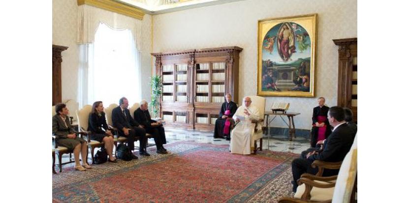 Le Pape François entouré de membres de la commission vaticane pour la protection des mineurs au Vatican le 11 avril 2014.