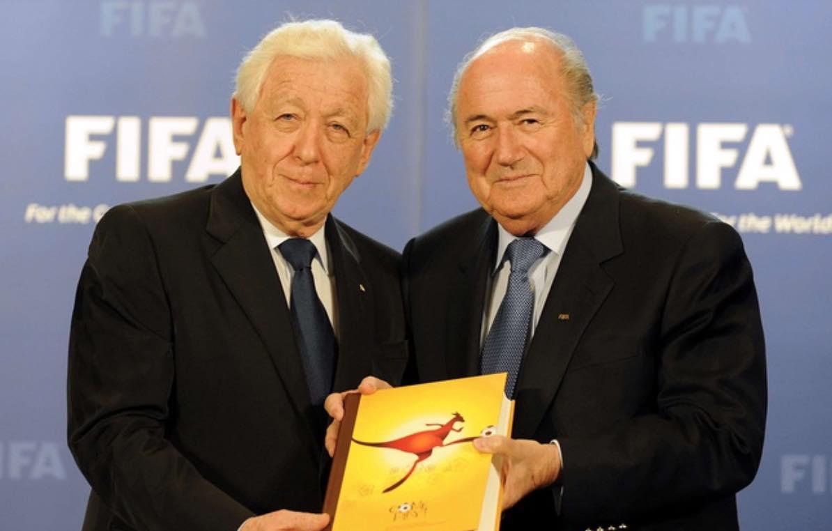Le président de la Fédération australienne de football Frank Lowy (à g.) remet la candidature de son pays à l'organisation du Mondial 2022 à Sepp Blatter, le 14 mai 2010.