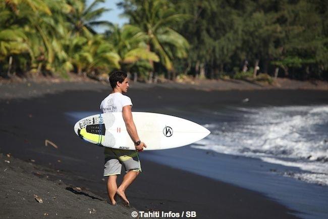 La plage de sable noir est magnifique. Les surfeurs y viennent de partout, y compris de la côte est comme Taumata Puhetini.