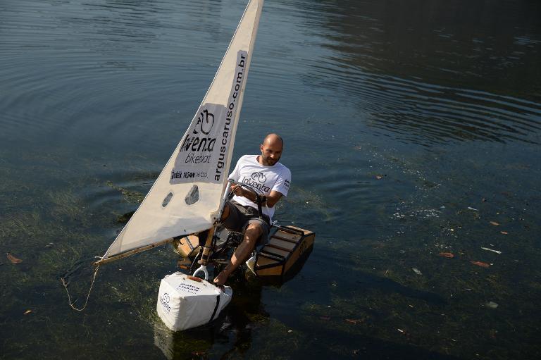 L'architecte brésilien Argus Caruso Saturnino sur son vélo-bateau à Rio de Janeiro le 9 juin 2015.