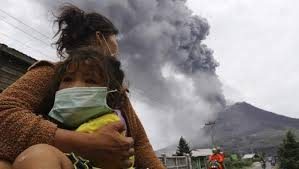 Indonésie: plus de 10.000 personnes évacuées après des éruptions du volcan Sinabung