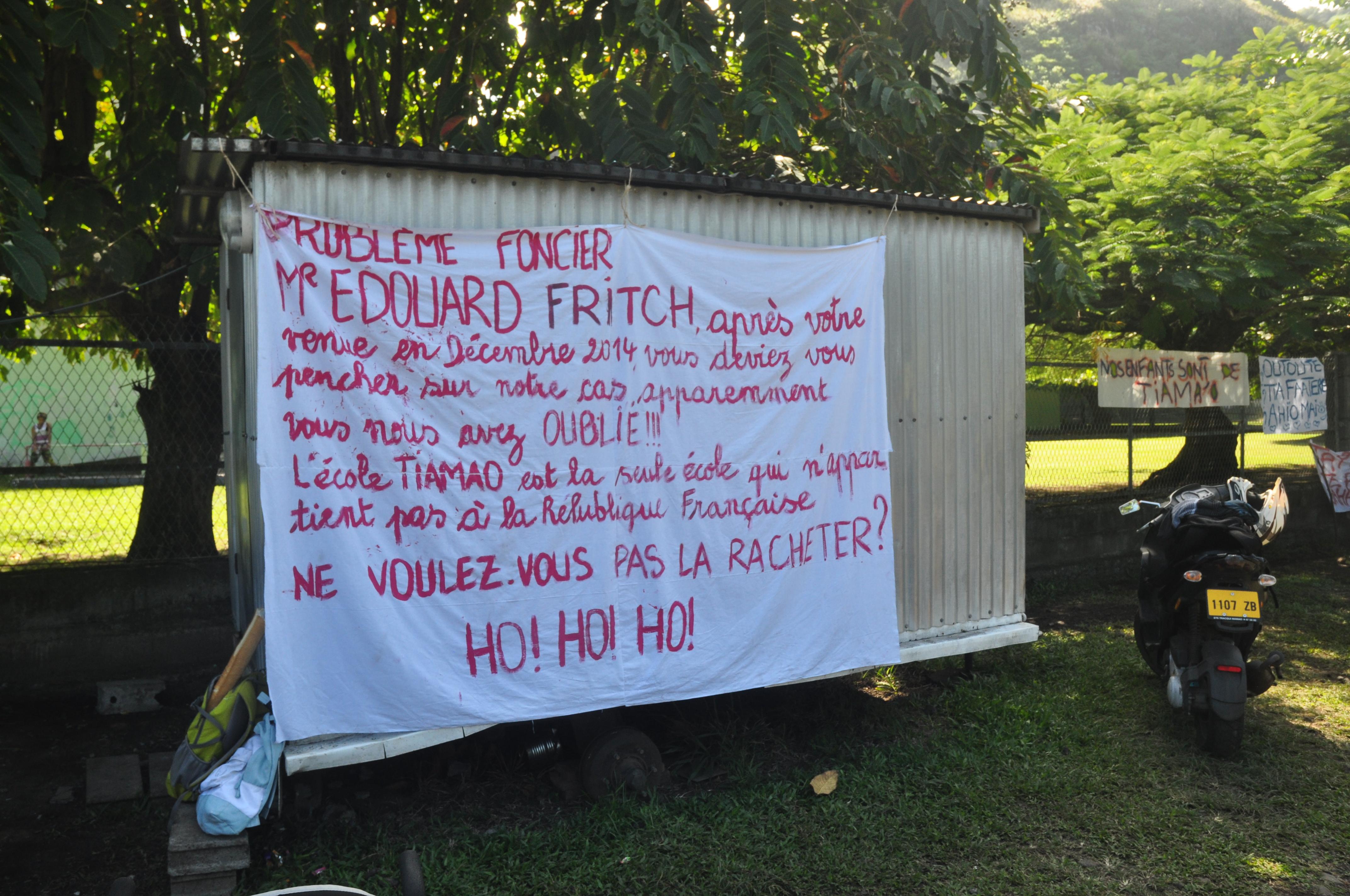Monsieur Edouard Fritch (…) vous nous avez oublié!» pouvait-on lire sur cette banderole.
