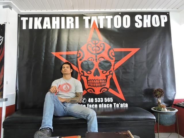 Aroma Salmon dans son salon de tatouage à Paofai