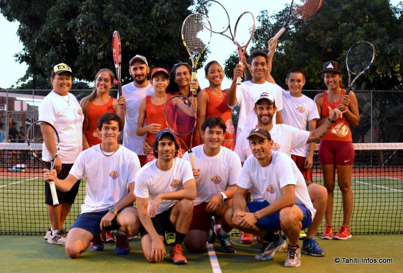 Toute la sélection de tennis polynésienne, avec leurs coaches