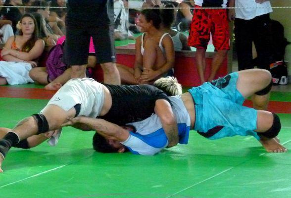 Le but du jeu ? Mettre les épaules de son adversaire au sol. Tamatea en short blanc.