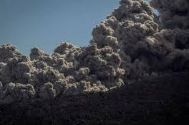 Indonésie: un volcan en éruption bloque des milliers de touristes dans des aéroports