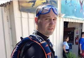 Un abbé troque sa soutane pour un parachute