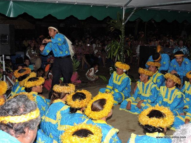 "Tamarii Tuhaa Pae no Mahina 2e en Tarava Tuhaa Pae au Heiva i Tahiti 2015 a parfaitement exécuté ses différents ""himene"" (chants)."