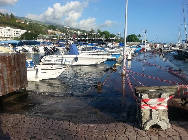 La mer a submergé les quais de la marina Taina à Punaauia (Photo Isabelle Balland).