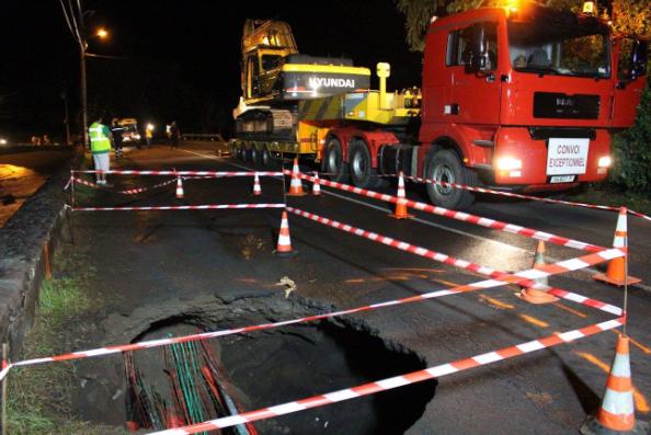 Au PK 45 à Mataiea, la mer a grignoté la route par en-dessous. Dans la nuit de mercredi à jeudi, des travaux ont été faits en urgence.