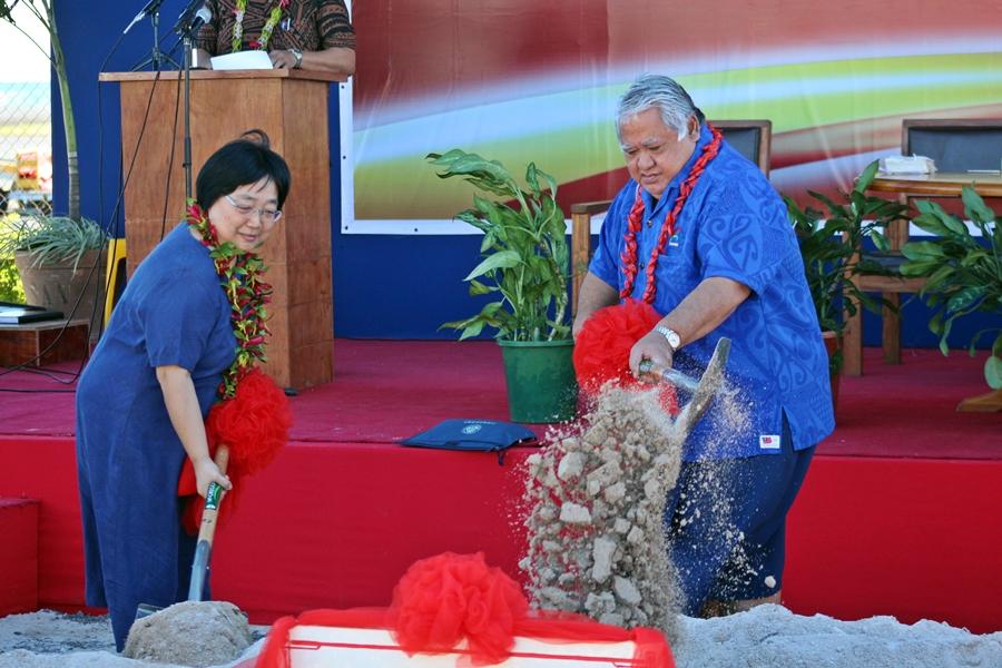 L'ambassadeur de Chine et le premier ministre des Samoa ont donné le premier coup de pioche le 22 juillet