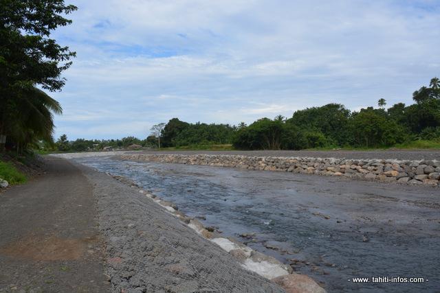 La rivière Taharu'u telle qu'elle apparaît aujourd'hui, dans la zone où le cours d'eau a été reprofilé ces derniers mois. A terme, les berges seront végétalisées pour redonner un aspect plus naturel au paysage.