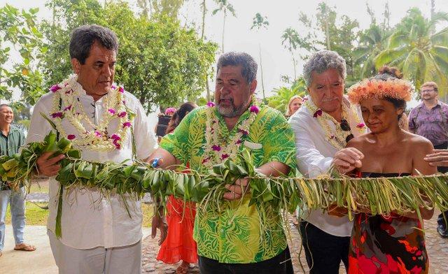 L'inauguration du fare pote'e s'est faite en présence du maire de la commune Patrice Jamet ainsi que du Président du Pays, Edouard Fritch.