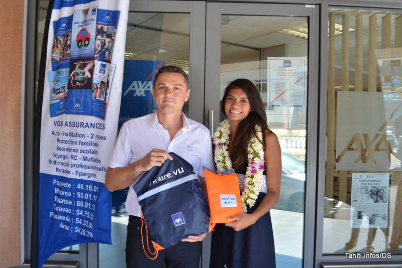 David Borderie, le directeur commercial d'Axa assurances, a remis à Miss Tahiti 2015 les équipements de sécurité obligatoires pour sa voiture assurée chez le leader mondial.