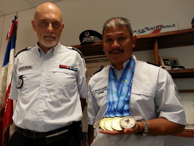 Freddy Yen Kway (à g.), félicité pour ses performances au tir par son patron, le commissaire François Perrault.