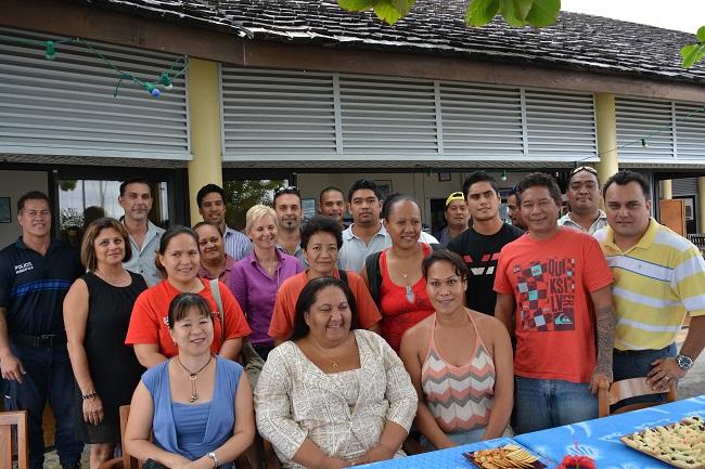 Photo de famille des CAE 2014-2015 de la commune de Arue avec les bénéficiaires de ces contrats, les responsables des formations et les différents services municipaux mobilisés.