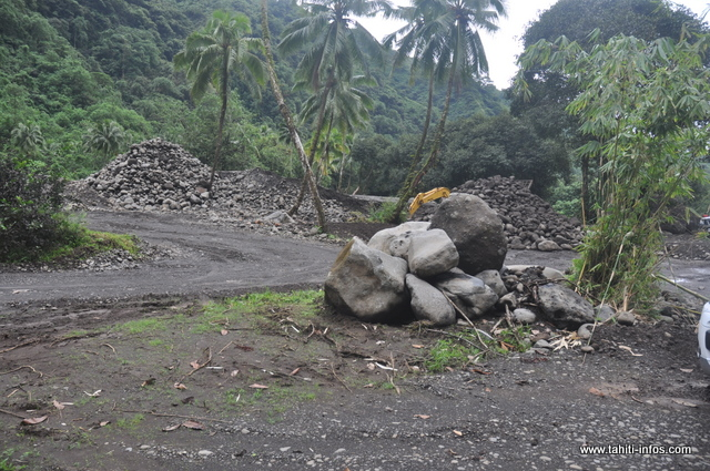 Le gérant de l'EURL Jean Chong On Yin réalise des travaux d'extractions non loin de ses terres. Ici, sont stockés les cailloux récupérés dans la rivière.