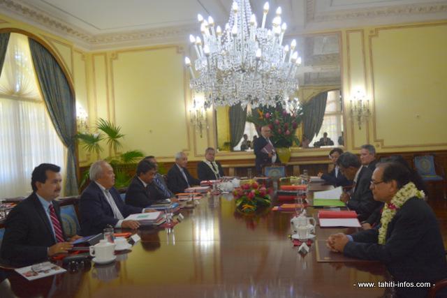 Les membres du gouvernement se retrouvent en pré-conseil des ministres tous les lundis matins et en conseil des ministres le mercredi.