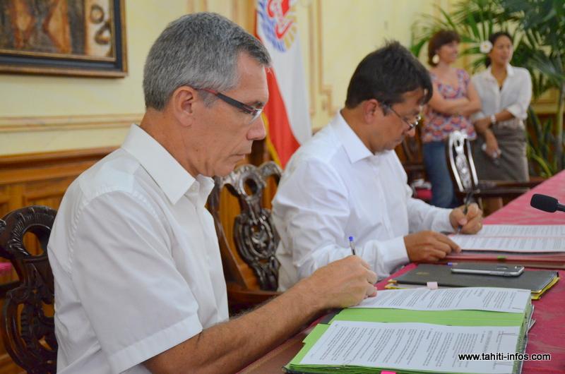 Christian Carmagnolle et Nuihau Laurey, mardi lors de la signature de ces deux conventions financières