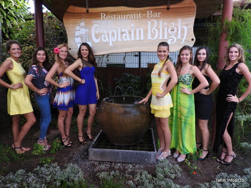 Les huit prétendantes au titre de Miss Popa'a 2015, dans leur ordre de passage, de gauche à droite.