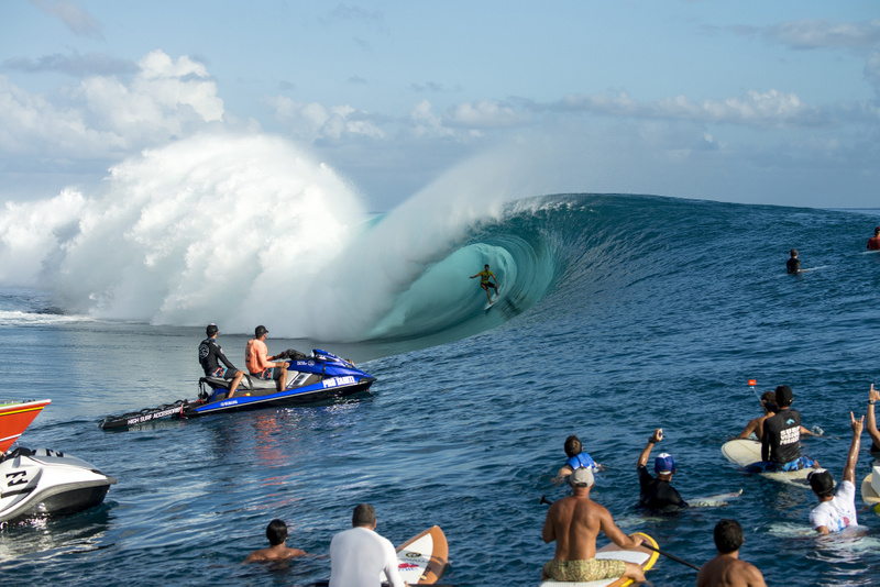 "Qui succédera à Gabriel Medina, vainqueur de la Billabong Pro Tahiti 2014, et remportera le ""prize money"" d'un montant de 500 000 dollars US ? (Photo : WSL)"