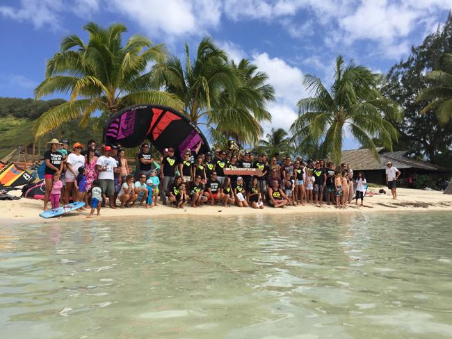 """La photo de famille des défenseurs de la pratique du kitesurf à Moorea, ce samedi sur la plage de Tiahura.  """"Réglementation et non interdiction"""" était le mot d'ordre."""