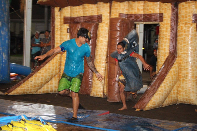 Comme dans les Jeux Intervilles télévisés les épreuves sont physiques et amusantes, on glisse et on se mouille beaucoup.