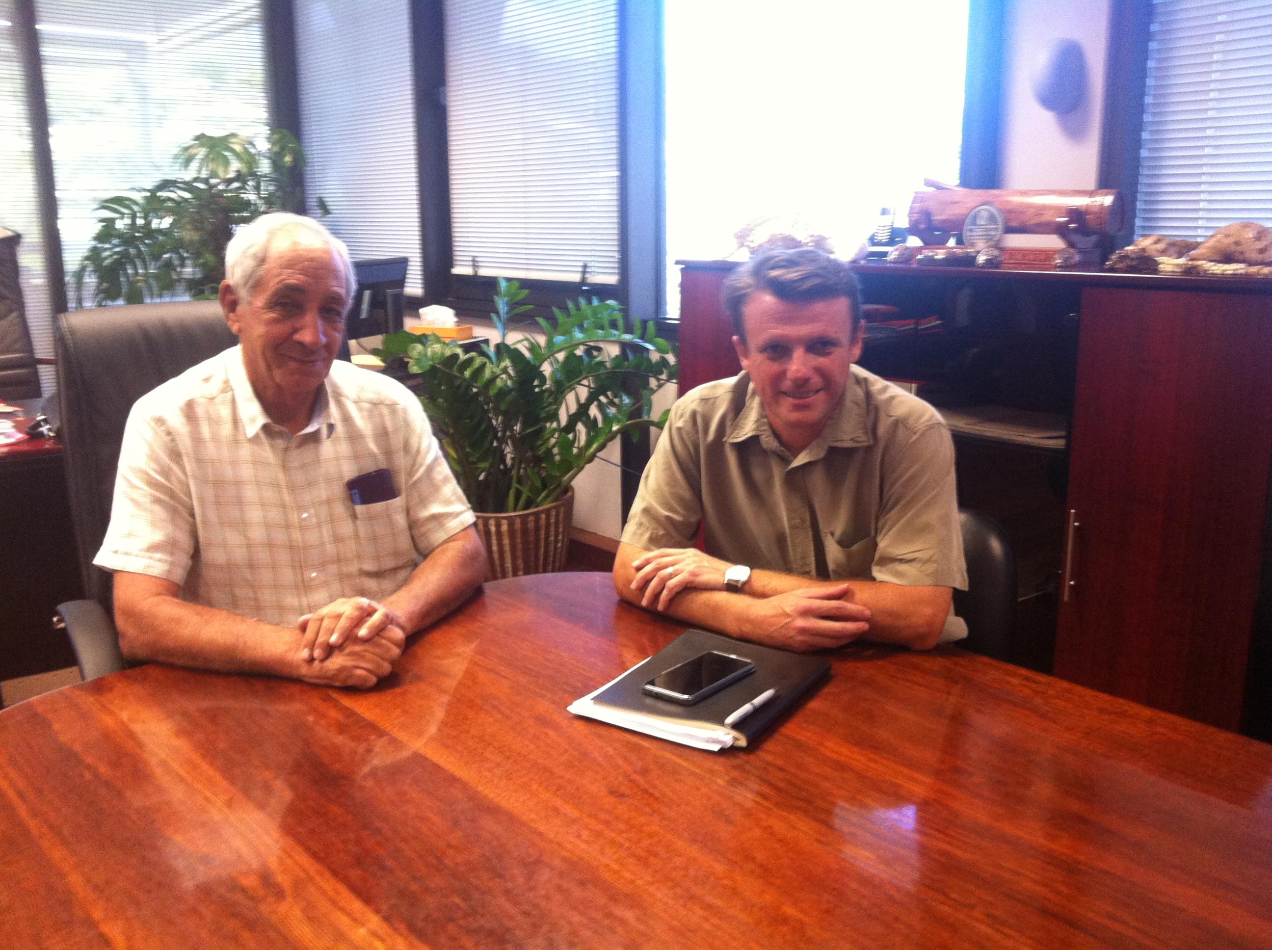 Albert Solia, le ministre de l'équipement et Boris Peytermann, le directeur par intérim du port autonome