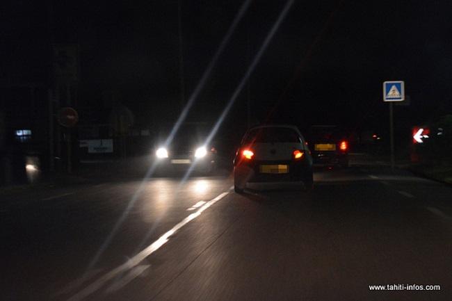 Il y a trois semaines, Tahiti Infos relayait la colère des habitants de Papara à propos de l'absence d'éclairage public routier sur la RT1. Sans aucune lumière pendant plus de dix kilomètres, traverser la commune de nuit en voiture requiert une vigilance accrue.