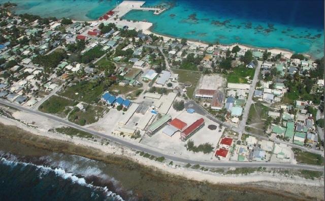 Hao, au temps où l'atoll accueillait la base arrière du CEP. Aujourd'hui une grande partie de ces constructions n'existent plus. A la place, en bord de lagon devrait prendre place le projet de ferme aquacole porté par les investisseurs chinois du groupe Tian Rui international, Tahiti Nui Ocean Foods.