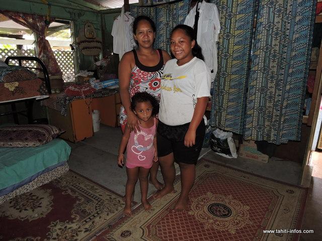 Tekura et deux de ses enfants. Elle prend la vie du bon côté malgré leur situation