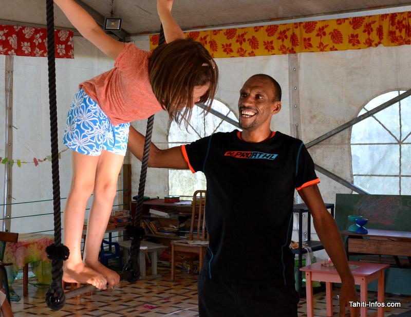 Hildevert en train d'enseigner le trapèze à une jeune passionnée