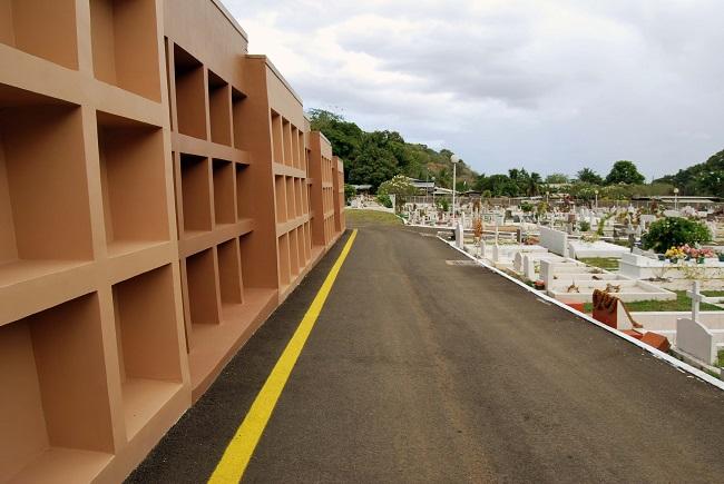 159 enfeus –des caveaux aériens- ont été construits dans le cimetière communal de Pirae, par manque de place pour l'instant.