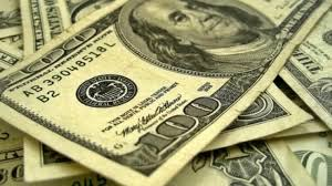 """Moscou: deux faussaires vendaient une """"potion magique"""" transformant le papier en dollars"""