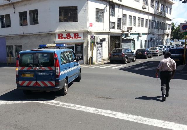 L'avocat Me Boumba n'avait pas la tâche facile, il regarde son client regagner la maison d'arrêt dans le fourgon des gendarmes.