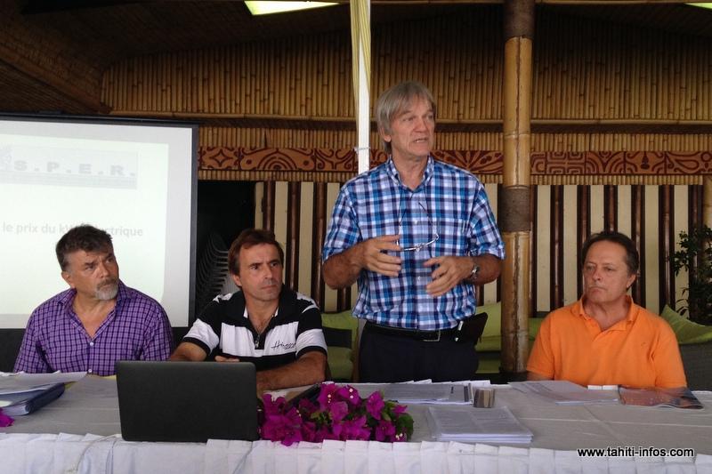 Jean-Louis Chailly (gérant de la Sedep), le représentant du collectif Facebook, Teva Sylvain, président du SPER, et Terii Valaux, lors de la conférence de presse du Syndicat polynésien des énergies renouvelables, mardi matin au Royal Tahitien.