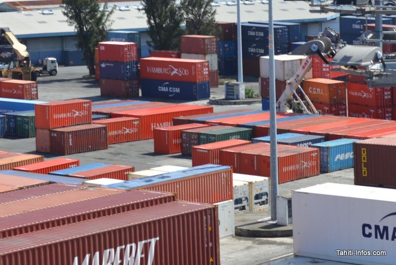 Ces containers alignés à même le sol sont en cours de traitement pour pouvoir être livrés.