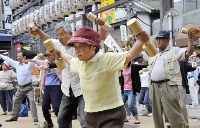 Trop de centenaires finissent par coûter trop cher au Japon.