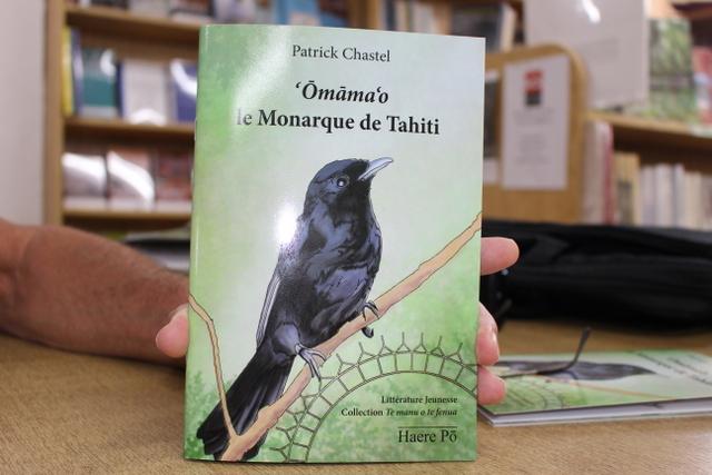 Patrick Chastel signe ʽŌmāmaʽo le Monarque de Tahiti