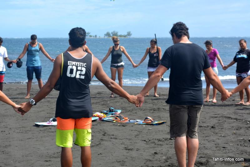 Les kiterboarders de Hitimahana font une dernière prière pour les trois petits noyés.