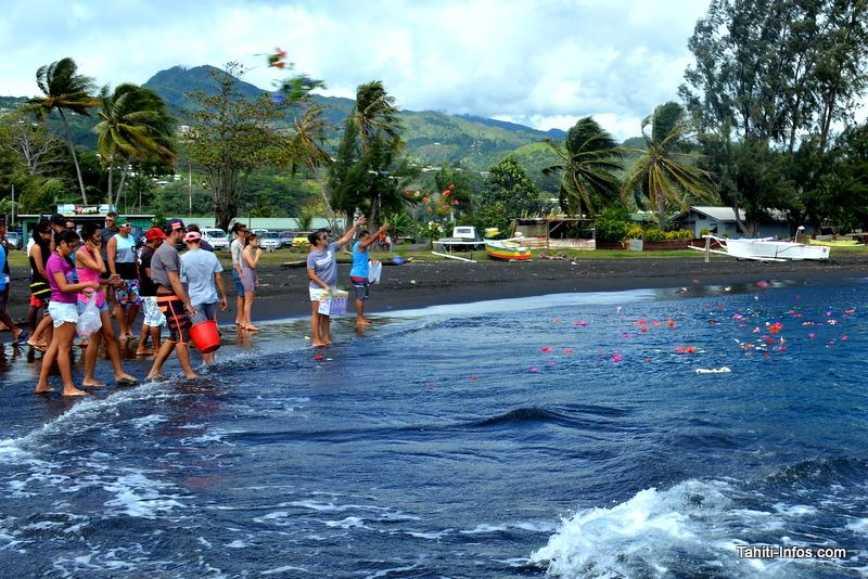 Des fleurs ont été jetées à la mer en hommage aux trois petites victimes.