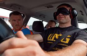 Conduire une voiture sans voir ni entendre ? C'est possible !