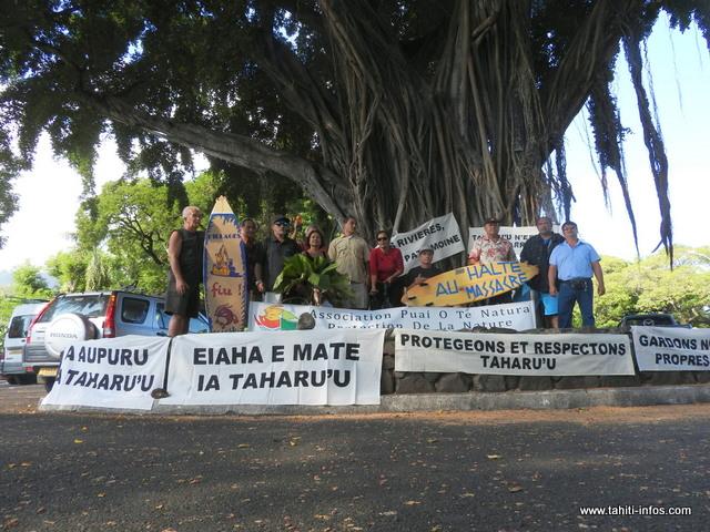 Ils étaient plus d'une trentaine de personnes à s'être déplacées, hier matin, pour manifester leur mécontentement face aux extractions qui sont entreprises dans les vallées en Polynésie