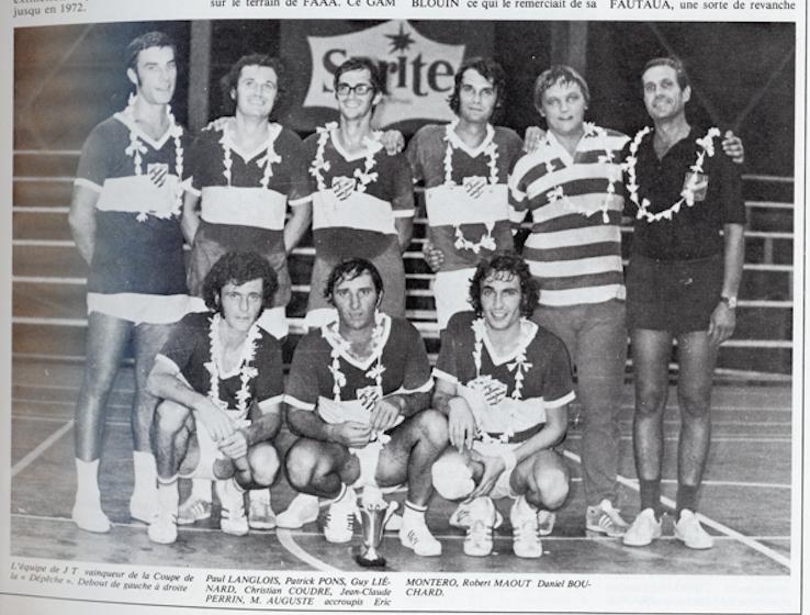 Jeunes Tahitiens vainqueurs du championnat militaire 1973 et de la coupe de La Dépêche.(Histoire du sport à Tahiti Tome 1 de Patrick Pons et Bernard Robin) >