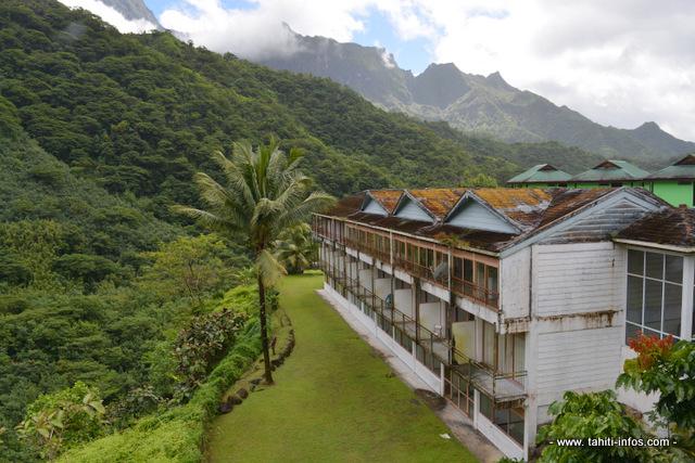 """Le Relais de la Maroto avait été construit, à l'origine, comme résidence des ouvriers de Marama Nui travaillant à la mise en place des ouvrages hydroélectriques de la Papenoo (des travaux qui ont duré 10 ans). Mis en gérance depuis deux ans, l'établissement """"vivote"""" dans son activité hôtelière et survit grâce à son activité de restauration pour les touristes en """"safari"""" au cœur de l'île."""